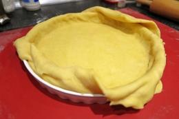 Aluatul intins in forma de tarta, se decupeaza marginile cu lama cutitului